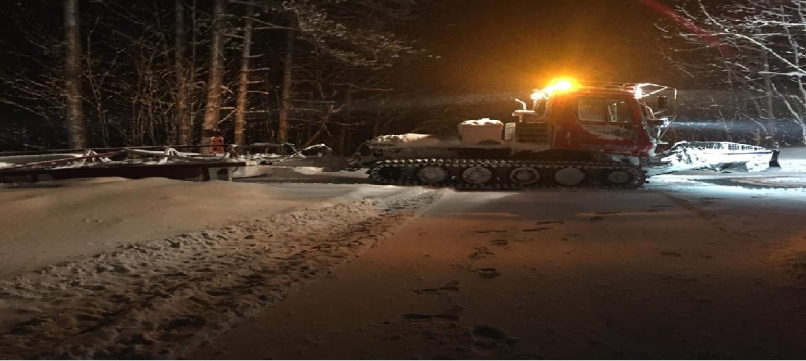 Pisten Bully grooming at night.